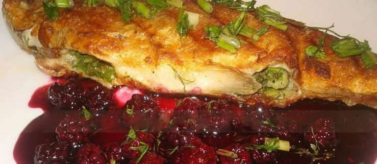 Жареная фаршированная форель с ежевичным соусом (1)