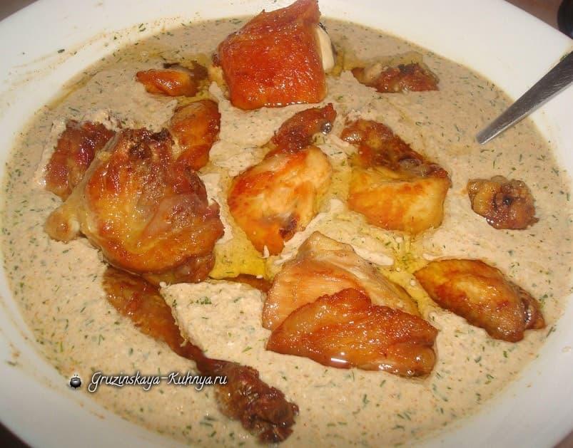 Жареная курица в ореховом соусе с ткемали