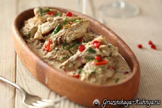 Жареная рыба в ореховом соусе баже