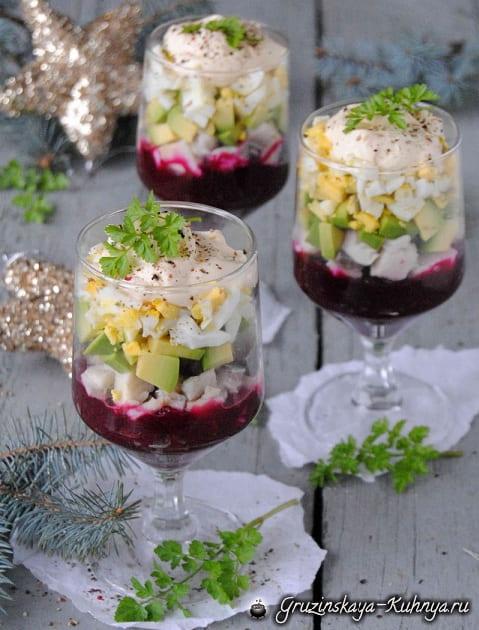 Праздничный салат с селедкой и авокадо (3)