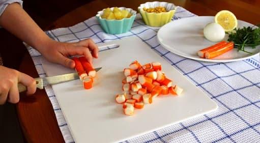 Салат из ананаса и крабовых палочек (2)