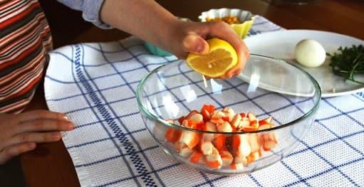 Салат из ананаса и крабовых палочек (3)