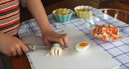 Салат из ананаса и крабовых палочек (4)