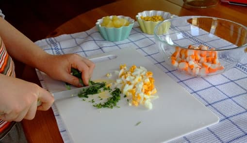 Салат из ананаса и крабовых палочек (5)