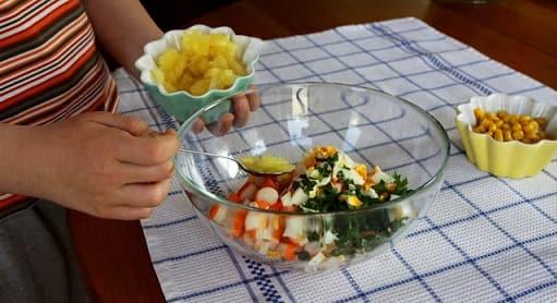 Салат из ананаса и крабовых палочек (6)