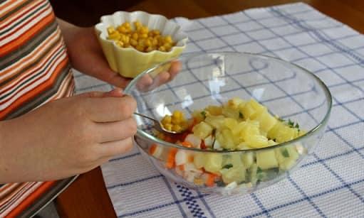 Салат из ананаса и крабовых палочек (7)