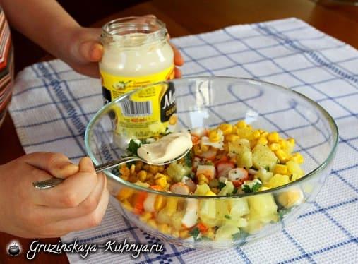 Салат из ананаса и крабовых палочек (8)