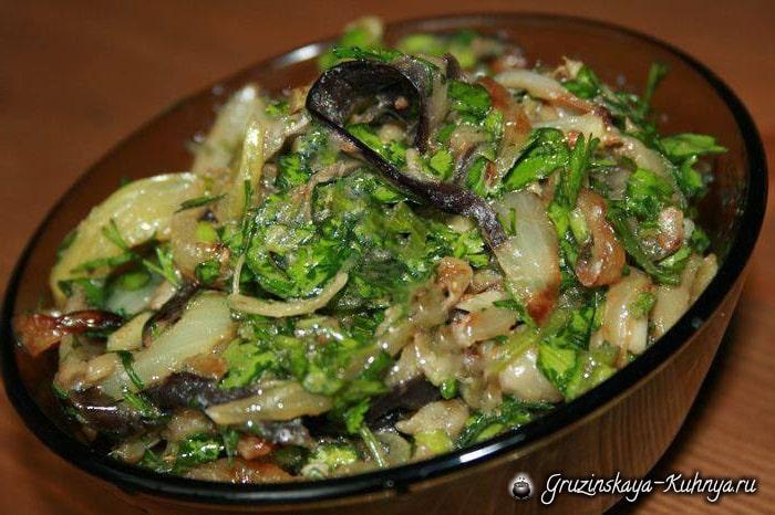Баклажаны с жареным луком и зеленью