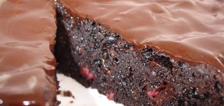 Шоколадный пирог с ягодами, шоколадной глазурью и перцем (1)