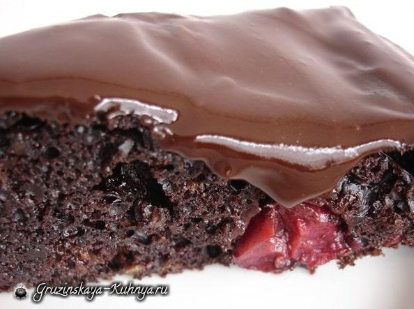 Шоколадный пирог с ягодами, шоколадной глазурью и перцем (2)